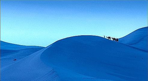 Les dunes de Mingsha Shan (les sables chantants), à côté de Dunhuang. On les nomme ainsi car le mouvement des sables produit un son qui ressemble à des voix humaines.