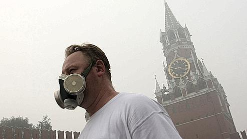 Moscou, le 7 août. De nombreux Moscovites se couvrent le visage avec des masques pour se protéger de la fumée.
