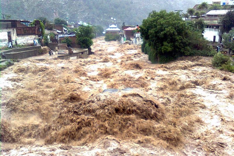 Le Pakistan n'a pas connu de telles inondations depuis 80 ans. Les pluies diluviennes ont affecté 4,5 millions de personnes, d'après un nouveau bilan communiqué vendredi par l'ONU. Vendredi 6 août, dans ce village du nord-ouest du pays, les rues se sont transformées en un terrible torrent de boue.