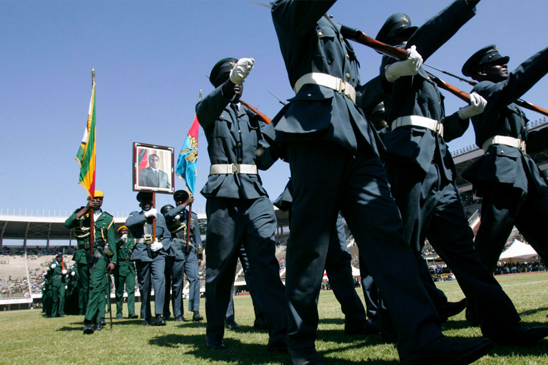 Mardi 10 août, journée des héros aux Zimbabwe. Les forces armées paradent dans le stade de Harare.
