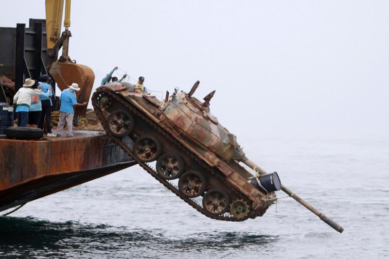 Lundi 9 août, un T69 chinois de l'armée thaïlandaise est envoyé par le fond dans le golfe de Thaïlande. 24 autres chars réformés vont former un récif artificiel où les coraux pourront se fixer et permettre à la vie subaquatique de reprendre.