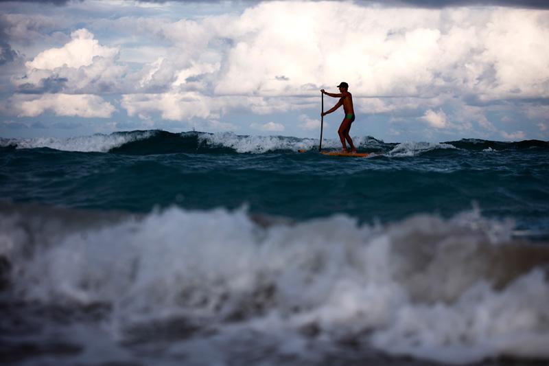 Paddleboard au coucher de soleil sur une plage de Miami Beach, lundi 9 août.