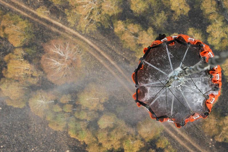 Au sud-est de Moscou, au dessus d'une forêt ravagée par le feu, un hélicoptère se prépare à larguer une cargaison d'eau.