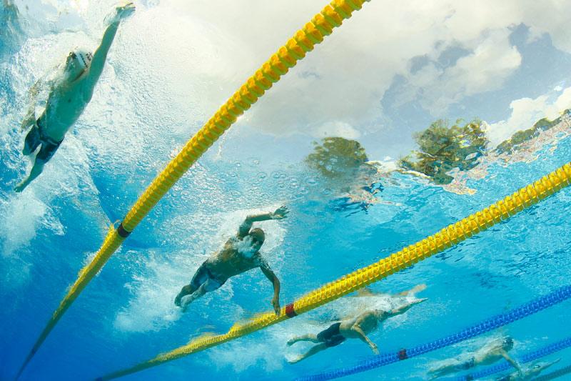 Face à Pal Joensen des îles Féroé (à gauche) et Samuel Pizzetti d'Italie (au centre), le français Sébastien Rouault (à droite), s'apprête à remporter la médaille d'or sur 1500 m nage libre au championnat d'Europe de Budapest le 11 août.