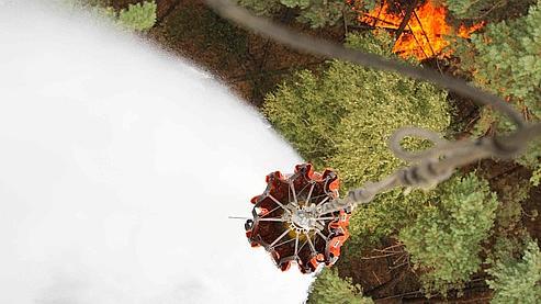 Pour lutter contre le feu, les autorités russes disposent d'hélicoptères transportant de grandes poches d'eau qu'ils déversent sur les départs d'incendie.