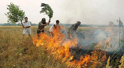 Des habitants du village de Polyaki-Maydan luttent contre le feu, dans la région de Ryazan, au sud-est de Moscou.
