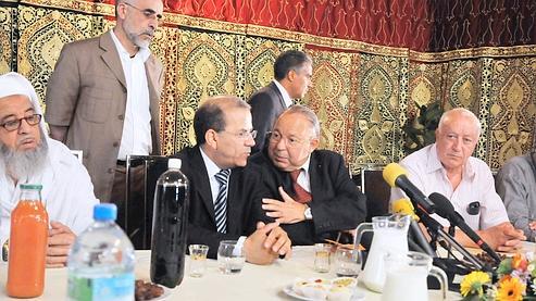 Le président du Conseil français du culte musulman, Mohammed Moussaoui (au centre) au côté du recteur de la Mosquée de Paris, Dalil Boubakeur.