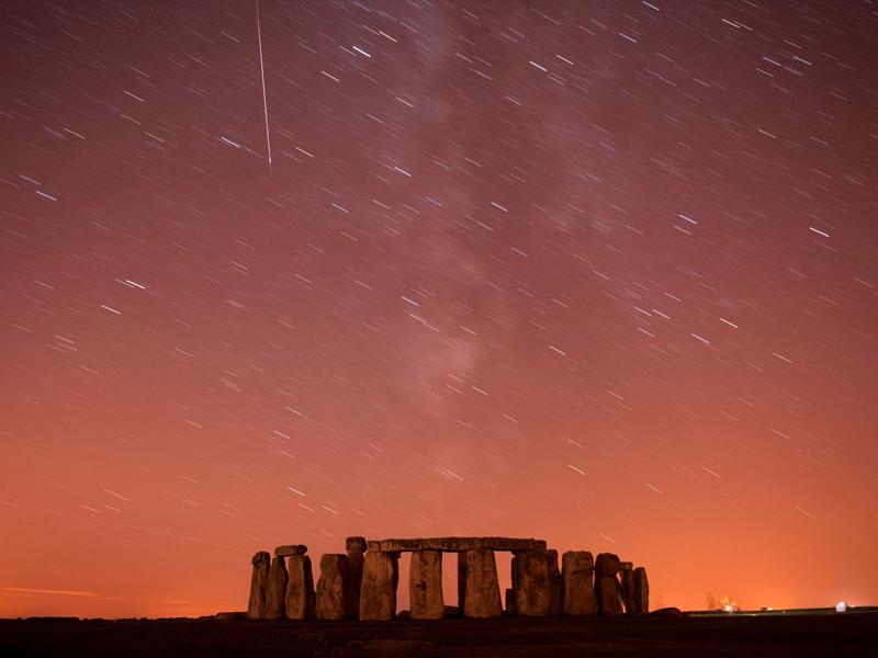 Le ciel du site néolithique de Stonehenge, au sud de l'Angleterre, s'embrase, lardé de trainées incandescentes. En pénétrant dans l'atmosphère, la température des corps célestes atteint 2000°C.