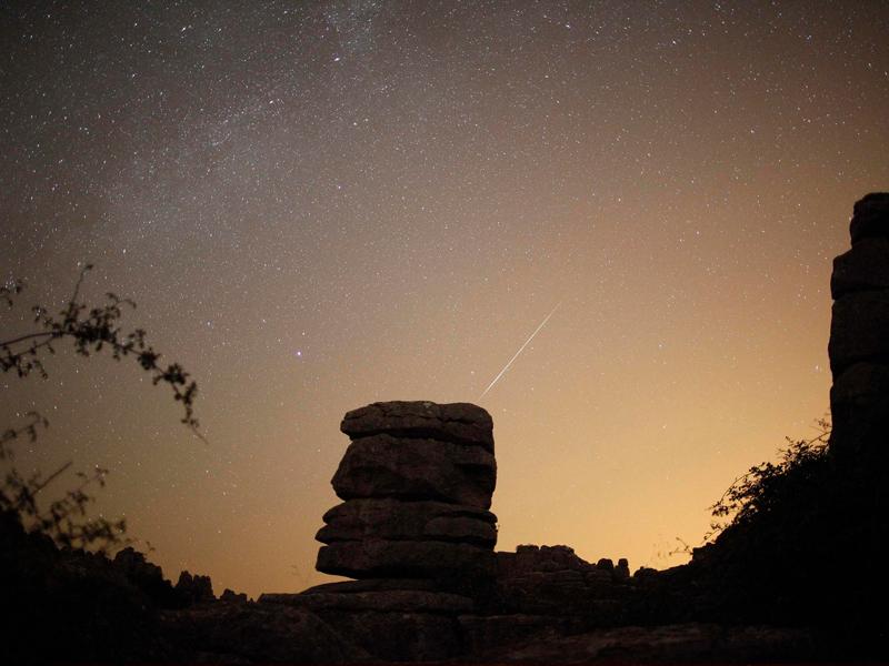 De minuscules particules heurtent notre atmosphère (ici toujours dans le parc El Torcal en Espagne) à plus de 200.000 kilomètres à l'heure, causant un violent échauffement et laissant dans son sillage une zébrure de lumière : le météore.