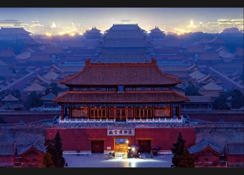 <stro />La Cité interdite.</strong>La porte du génie militaire (au nord), vue du parc Jingshan (aussi appelé la » /></p> <p class=