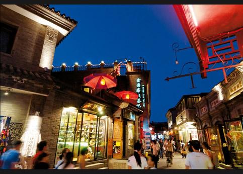 <stro />Dans le quartier tartare,</strong> la rue piétonne Jan Dajie s&rsquo;anime dès le soir tombé. Les habitants de Pékin et les touristes étrangers aiment s&rsquo;y promener et les restaurants ne désemplissent pas.&nbsp;&raquo; /></p> <p class=