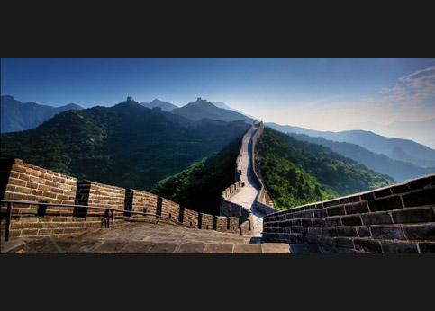 <stro />Cette portion de la Grande Muraille,</strong> à Badaling, date du XVIe siècle et fut restaurer dans les années 1950. D&rsquo;un point de vue strictement militaire, elle ne servit jamais à rien. Mais son efficacité touristique est prouvée.&nbsp;&raquo; /></p> <p class=