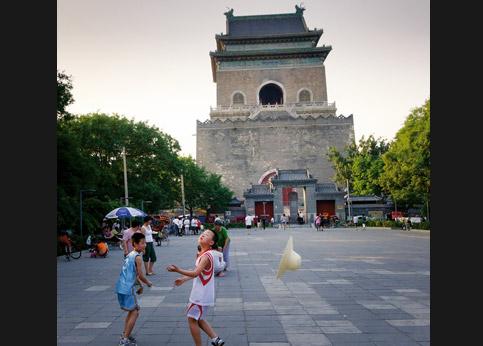 <stro />Tour de la Cloche,</strong> à Pékin. À l&rsquo;époque de Kubilay Khan, c&rsquo;était le cœur de la ville. Tous les soirs, une énorme cloche sonnait pour enjoindre la plèbe de quitter la capitale.&nbsp;&raquo; /></p> <p class=