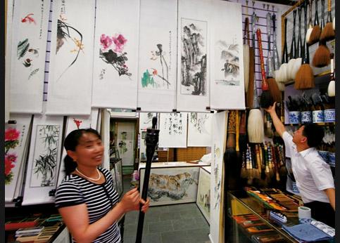 <stro />Dans la rue des antiquaires,</strong> la boutique Yang Zi Hua est spécialisée dans la calligraphie: pinceaux de toutes tailles et de tout poil (du renard au chameau) et cahiers d&rsquo;apprentissage (avec idéogrammes pré-imprimés) à l&rsquo;usage des Occidentaux.&nbsp;&raquo; /></p> <p class=