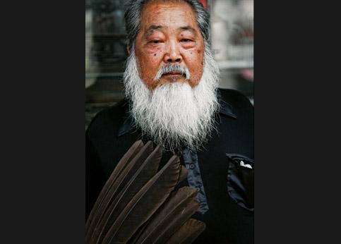 <stro />Mao est mort,</strong> mais l&rsquo;organisation communiste lui a survécu. Ici, dans la rue Jan Dajie, le gardien du comité de quartier fait respecter la loi et l&rsquo;ordre.&nbsp;&raquo; /></p> <p class=