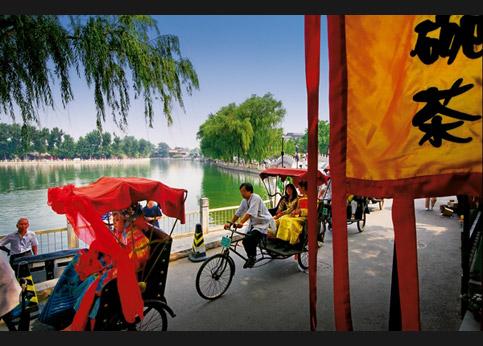 <stro />Mariage en costume traditionnel</strong> mandchou (époque Qing), entre les lacs Houbai et Qianhai. Les mariés, les témoins et leurs invités se rendent aux noces en cyclopousse.» /></p> <p class=