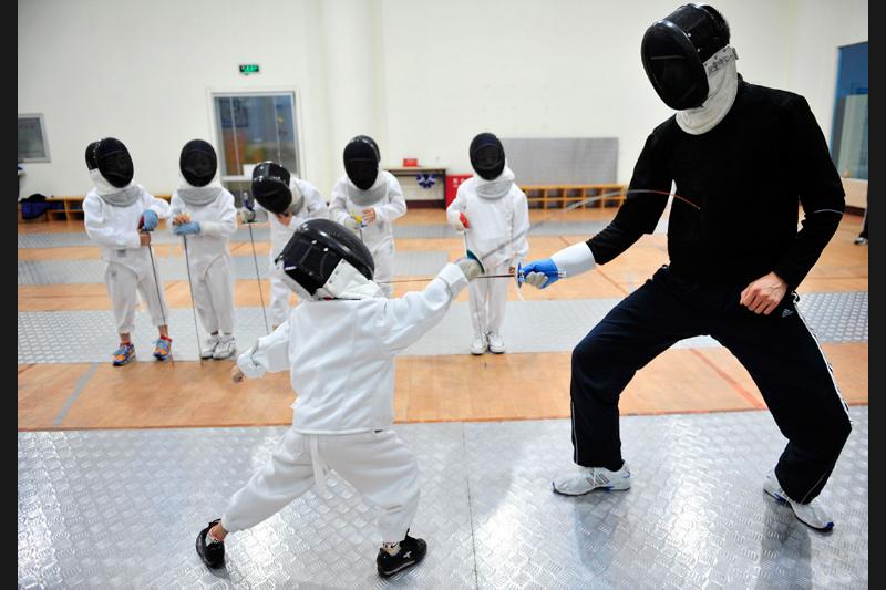 Deux ans après les Jeux Olympiques de Pékin, les jeunes Chinois se préparent pour les futures compétitions. Une cinquantaine de jeunes champions s'entrainent dans un gymnase de la ville de Shenyang au nord est de Pékin, le 16 août.