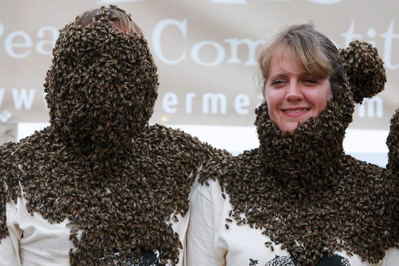 Tibor Szabo et Christy Hiemstra s'affrontent lors de l'insolite concours « Bee Beard » » de Aylmer, Ontario, Canada, samedi 14 août.