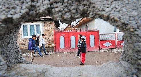 Des enfants Roms jouent dans la rue en Roumanie. Près de 15.000 aides au retour ont été délivrées l'an dernier.