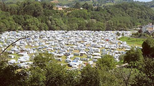 Des centaines de caravanes ont déjà investi le terrain Abadie, principal lieu de stationnement pour les caravanes dans la commune.