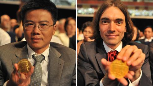 Les Français Ngo Bao Chau (université de Paris-Sud) et Cédric Villani (InstitutPoincaré) posent avec leurs médailles, jeudi à Hyderabad, en Inde. Crédit photo : AFP/Noah SEELAM