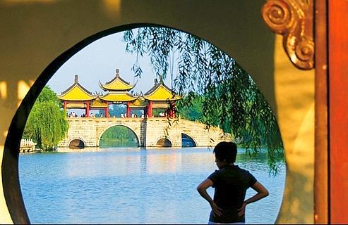 Le pont des Cinq pavillons, sur le «lac étroit de l'Ouest», Yangzhou, ville dont Marco Polo fut gouverneur pendant trois ans.