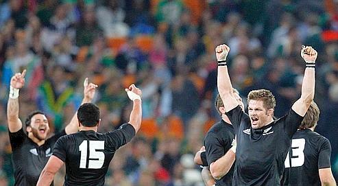 Menés par leur capitaine Richie McCaw (à droite), les Néo-Zélandais ont remporté un nouveau Tri Nations en Afrique du Sud.