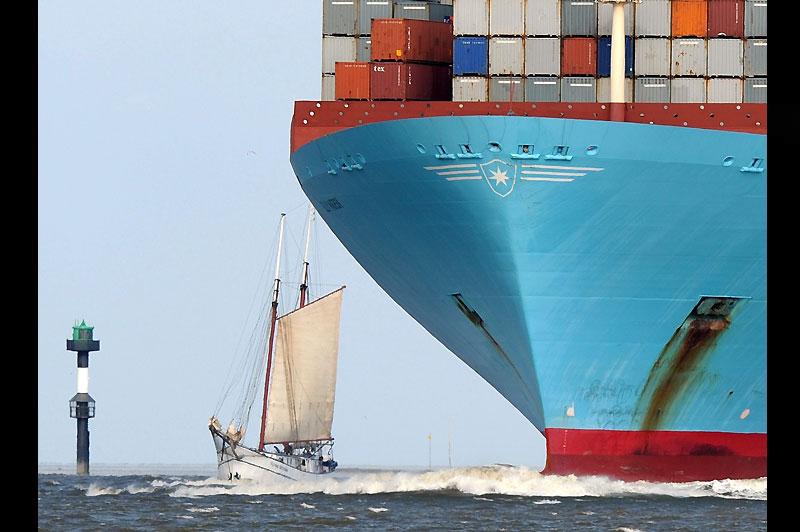 De taille. Mercredi 25 août, à proximité du port de Bremerhaven, en Allemagne, ce voilier passe tout près d'un gigantesque navire porte-conteneurs.