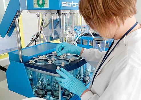 Laboratoire Sanofi-Aventis à Tours. Le groupe pharmaceutique discute aujourd'hui d'un rapprochement avec Genzyme, mais l'opération semble achopper sur le prix.