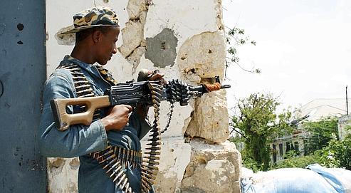 Un soldat somalien, mercredi à Mogadiscio. Les troupes du gouvernement de transition ne contrôlent plus que quelques points clefs de la capitale.