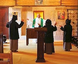 Chaque semaine, le père Jean-Marie Lassausse célèbre la messe dans la petite chapelle. C'est dans cette pièce que les moines priaient ensemble sept fois par jour.