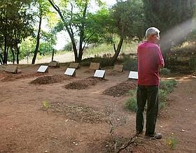 Le père Jean-Marie Lassausse ne manque jamais de rendre visite aux frères à chacun de ses passages au monastère. Il entretient lui-même les sept tombes des moines.