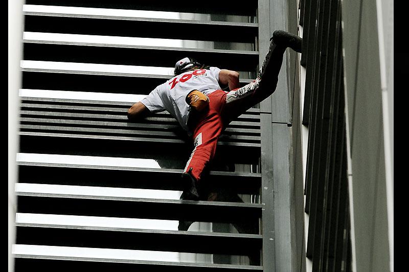 Spiderman. Lundi 30 août, le Français Alain Robert a escaladé en à peine 25 minutes les 57 étages (151 mètres de haut) du gratte-ciel du Lumiere Building de Sydney. Au sommet de la tour, il était attendu par les policiers australiens et a été placé en garde à vue.