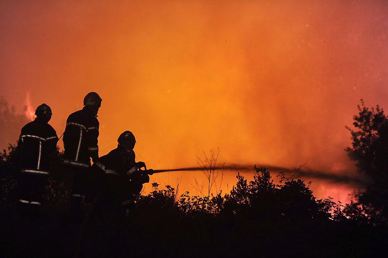 Incendies. Près de 3000 hectares de végétation ont été ravagés par une série d'incendies dans la nuit du lundi 30 au mardi 31 août, dans le sud de la France, à une dizaine de kilomètres de Montpellier. Les pompiers restaient largement mobilisés mardi.