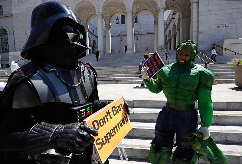 Les super-héros arrêtés par la police ! À Los Angeles, du côté d'Hollywood boulevard, sur le célèbre Walk of Fame, il est désormais interdit d'être costumé en super-héros, comme ci-dessus, mardi 31 août. La police a, semble-t-il, reçu des plaintes de touristes agressés.