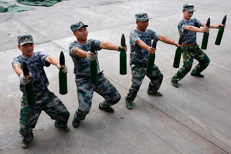 Exercices de musculation pour des militaires chinois sur la base de Suining, dans la province du Sichuan, en Chine, jeudi 2 septembre.