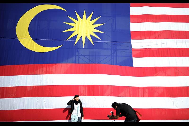 Le 31 août 1957, la fédération de Malaisie est créée. Exactement 53 ans plus tard, dans l'enceinte du stade Bukit Jalil, à Kuala Lumpur, cette jeune femme pose devant le drapeau de son pays à l'occasion des commémorations de l'indépendance.