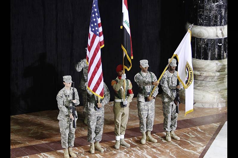 Mercredi 1er septembre, à Bagdad, des soldats irakiens et américains prennent part aux cérémonies de passation de pouvoir entre le Général Odierno et le Lieutenant Général Lloyd Austin. Elles marquent la fin officielle de la mission de combat des Américains en Irak. Les 50.000 soldats encore présents devraient définitivement quitter le pays fin 2011.