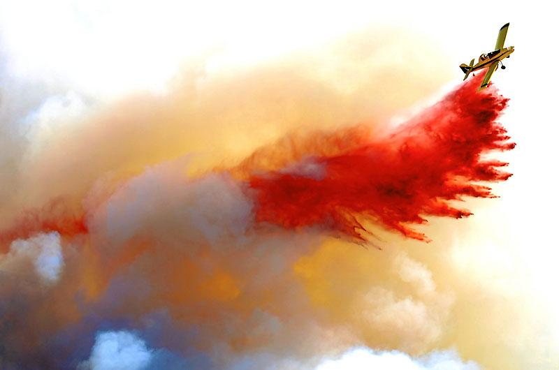 Un panache rouge, comme l'éclat nocturne des huit incendies qui ont embrasé, lundi 30 août, les collines au-dessus de Montpellier. Rouge, comme l'oxyde de fer qui teinte les produits retardants largués ici par l'un des nombreux bombardiers d'eau engagés dans cette lutte. Rouge, comme les camions du millier de pompiers qui se sont escrimés contre les flammes. Rouge, comme la colère des habitants de l'Hérault, évacués en pleine nuit, puis confrontés à l'affligeant spectacle de près de 3 000 hectares de pinèdes et de garrigues calcinées, de vignes et d'oliveraies ravagées. Rouge, comme la honte que devraient éprouver les pyromanes qui sont – plus que probablement – à l'origine d'un tel désastre.