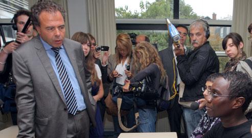 Le ministre de l'Éducation nationale, Luc Chatel, s'est rendu, en août,au lycée Jacquard, à Paris, pour y rencontrer des lycéensen stage d'anglais gratuit pendant les vacances scolaires. (Crédits photo : AFP)