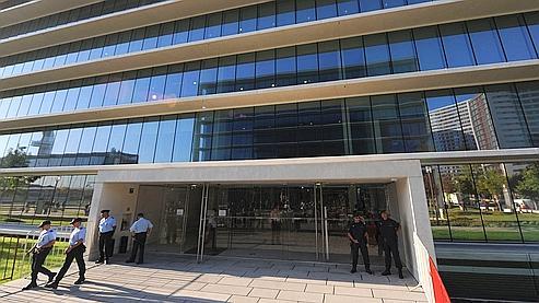 Des policiers surveillent l'entrée du tribunal de première instance de Lisbonne pendant l'énoncé du verdict.