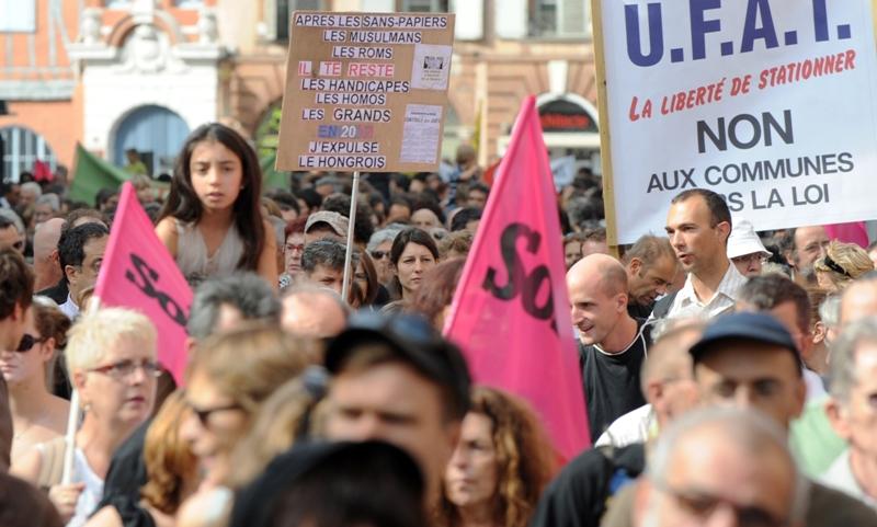Quelque 1.000 personnes selon la police, 3.000 selon les organisateurs, ont défilé samedi dans les rues de Toulouse ''contre le racisme d'Etat'' et ''la façon dont sont stigmatisés les étrangers et les populations défavorisées''. Les manifestants, dont de nombreux représentants de partis politiques de gauche, ont repris des slogans tels que ''Stoppons la répression, non pas ça en notre nom'', ou ''Auvergnat, Maghrébins, nous sommes citoyens''.