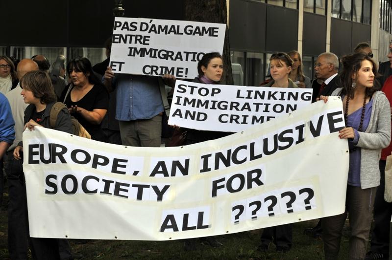 Devant l'ambassade de France à Bruxelles, on pouvait lire sur certaines banderoles : ''Roma, immigrants, who's next ?'' (les Roms, les immigrés, qui d'autres ?). La Commission européenne a fermement condamné la politique d'expulsions menée par la France.
