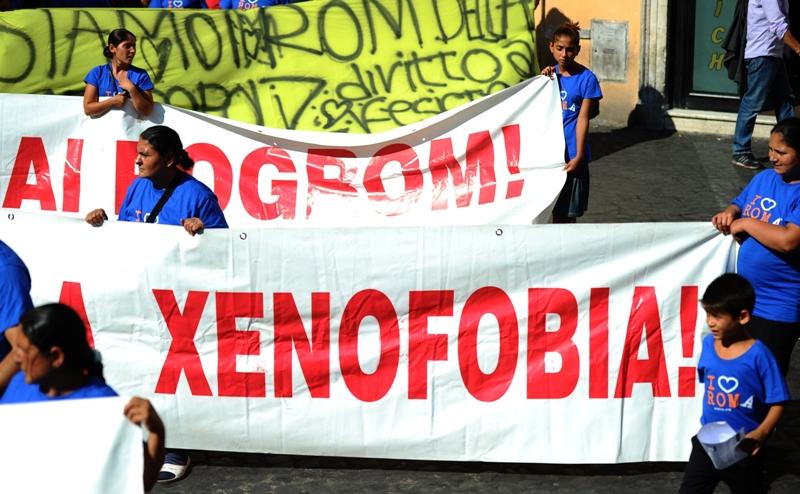 Plusieurs centaines de personnes, dont de nombreux membres de la communauté rom, se sont rassemblées sur le Campo dei fiori, à proximité de l'ambassade de France à Rome pour protester contre les ''déportations'' de Roms mais aussi contre la politique italienne à leur égard. Les manifestants portaient des banderoles qui proclamaient ''Non au racisme'', ''On ne peut pas condamner un peuple'' ou ''Nous n'attendons pas la Shoah pour intervenir''.