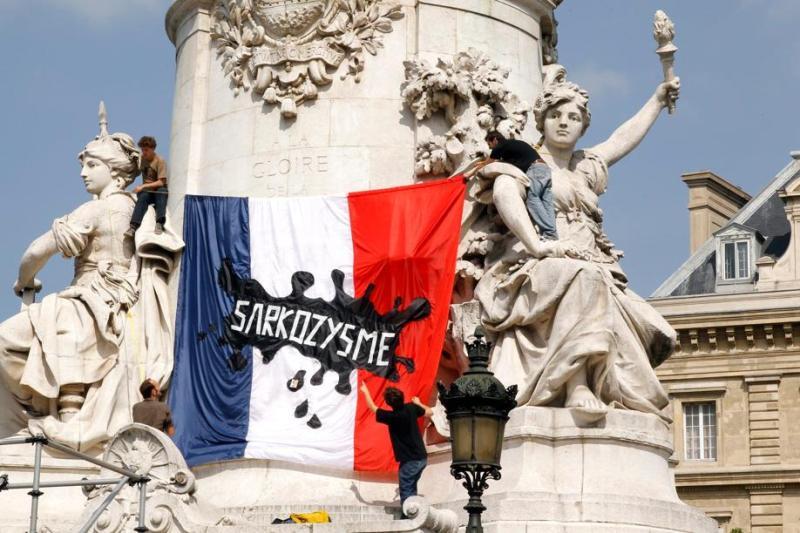 Les manifestants ont attaché un drapeau ''taché'' par le sarkozysme sur la place de la République. Une référence directe aux propos de Dominique de Villepin qui écrivait dans les colonnes du Monde il y a deux semaines : «il y a aujourd'hui sur notre drapeau une tache de honte». L'ancien premier ministre adressait alors un véritable réquisitoire contre l'offensive sécuritaire de la majorité.