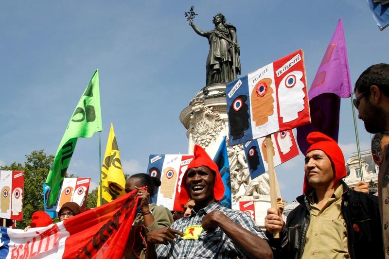 Ce sont entre 77.300 (Intérieur) et 100.000 personnes (organisateurs) qui ont protesté aujourd'hui dans 130 villes de France contre la politique sécuritaire menée par le président de la République. A Paris, entre 12.000 et 50.000 personnes ont ainsi défilé contre la xénophobie et ''la politique du pilori''.