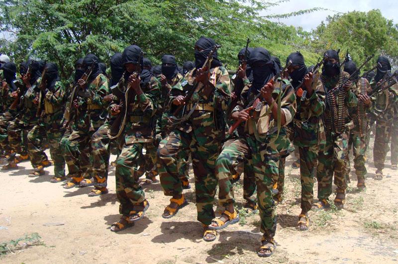 Dimanche 5 septembre, des miliciens islamistes d'Al Shabab participent à un exercice d'entraînement militaire dans le quartier de Huriwaa à Mogadiscio, en Somalie.