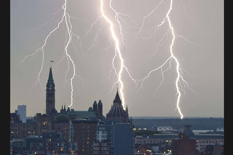 De violents orages se sont abattus mardi 7 septembre à Ottawa, engendrant de spectaculaires éclairs.