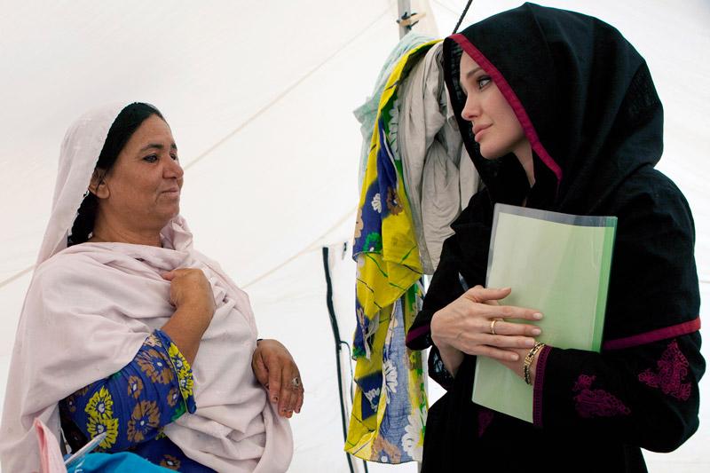Mardi 7 septembre, Angelina Jolie était auprès des sinistrés du Pakistan au camp Kandaro. Elle est depuis aout 2001 ambassadrice de bonne volonté pour le Haut Commissariat des Nations unies pour les réfugiés.