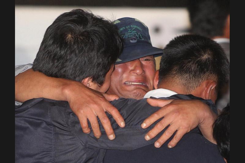 Cet homme, membre d'équipage du bateau de pêche sud-coréen le 55 Daeseung, vient d'être libéré par la Corée du Nord (avec six autres marins à bord) et retrouve sa famille. Il avait été capturé début aout en mer du Japon, à l'est de la péninsule coréenne.